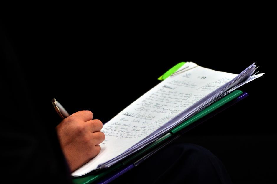 La exvicepresidenta escribe la oración del Padre Nuestro en su block de notas. (Foto: Jesús Alfonso/ Soy502)