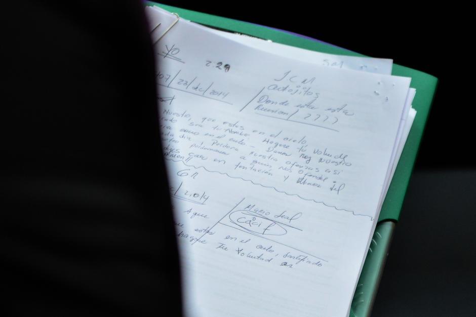 Estas son las notas que toma la exvicepresidenta Roxana Baldetti durante la audiencia de primera declaración. (Foto: Jesús Alfonso/ Soy502)