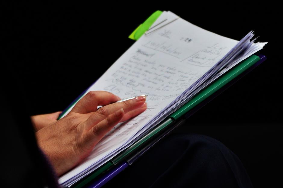 En un block de notas, la exvicepresidenta Roxana Baldetti anota la oración del Padre Nuestro. (Foto: Jesús Alfonso/ Soy502)