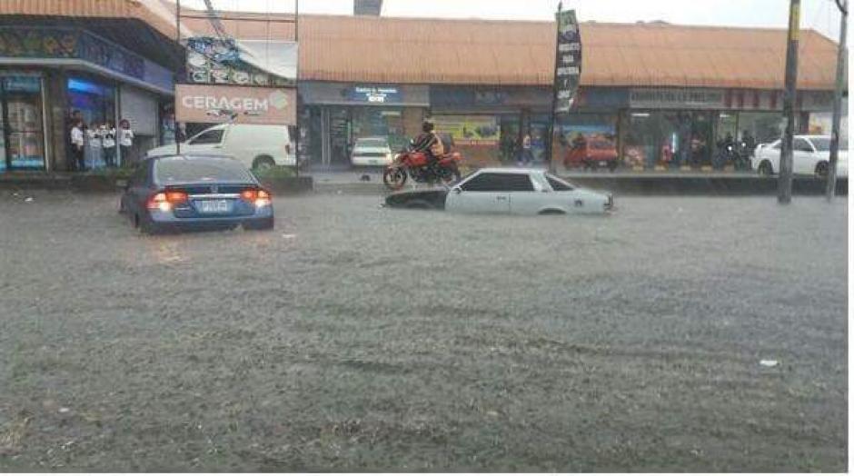 PMT de Mixco, por su parte, alertó de acumulación de agua en la calzada San Juan y en Montserrat. (Foto: Twitter)