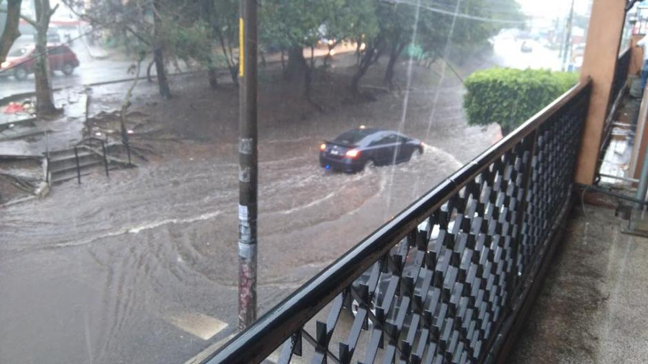 Una de las muchas fotografías de carros que han quedado cubiertos por el agua. (Foto: Twitter)