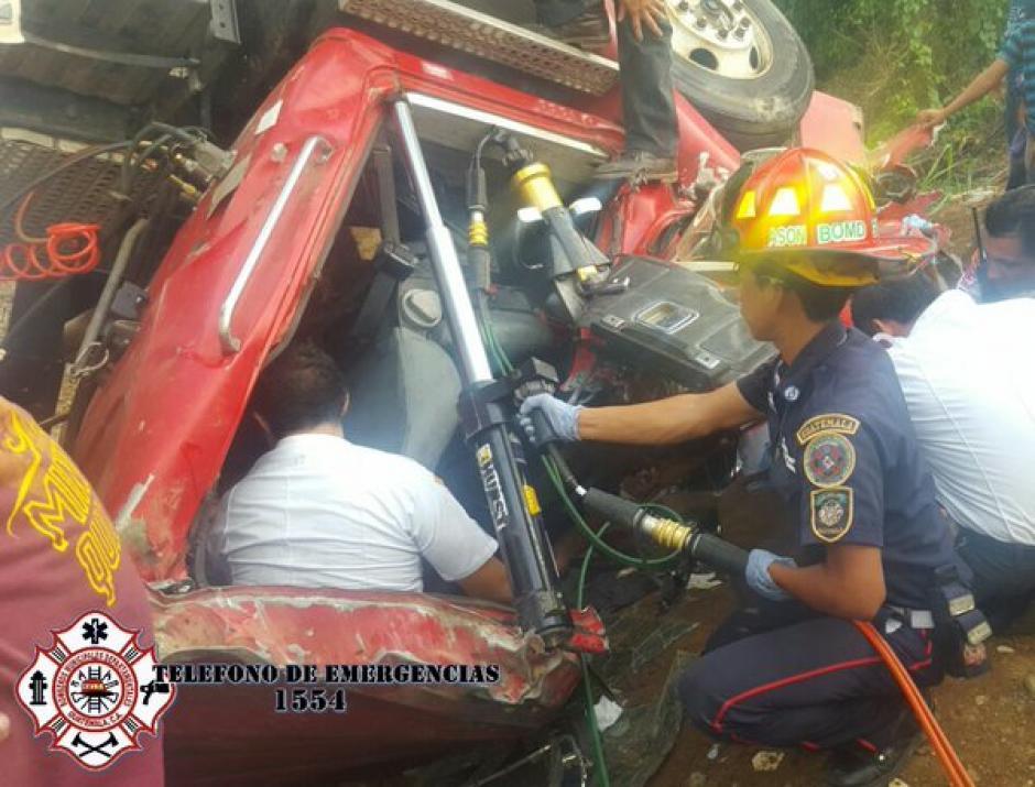 El piloto del camión fue rescatado con equipo especial. (Foto: Bomberos Municipales Departamentales)