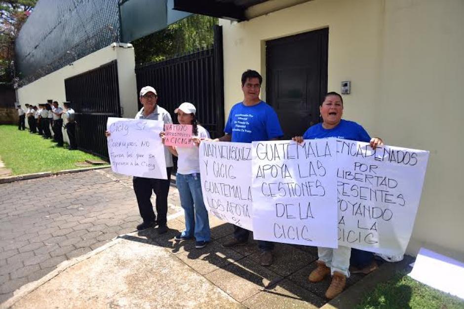 Varias personas se reunieron frente a la sede de la CICIG para mostrar apoyo a los trabajos de investigación. (Foto: Jesús Alfonso/Soy502)