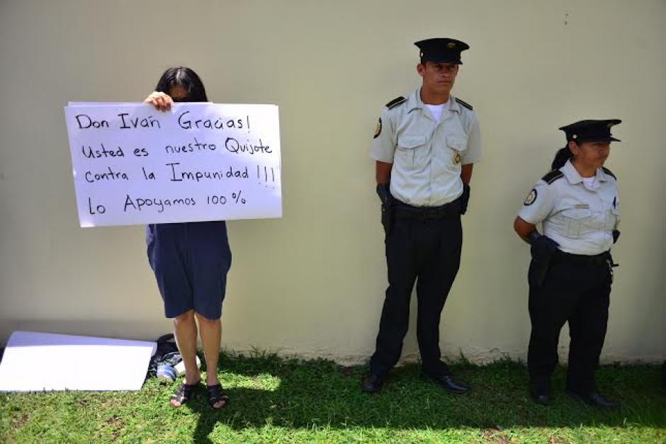 Elementos de la Policía Nacional Civil (PNC) se mantienen en el lugar para evitar incidentes. (Foto: Jesús Alfonso/Soy502)