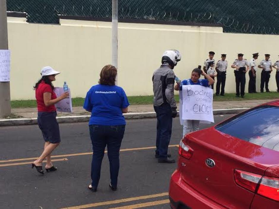 Un motorista se acercó para brindar agua potable a los manifestantes. (Foto: Jesús Alfonso/Soy502)