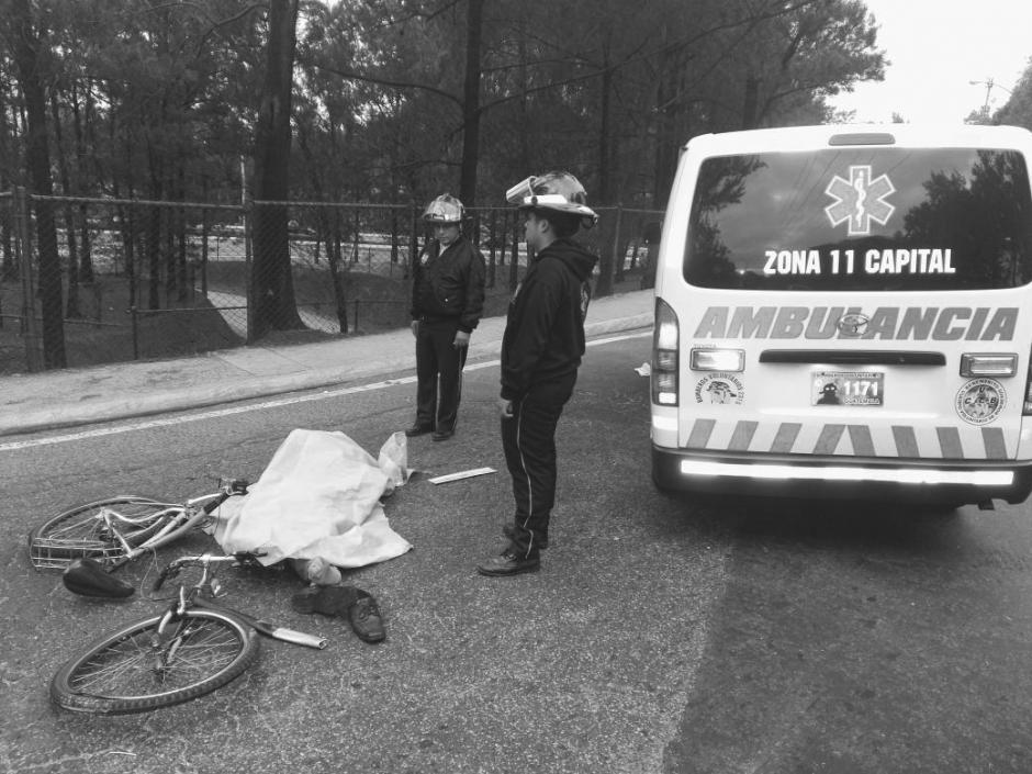 Un ciclista murió atropellado en el puente que del Periférico conduce hacia la Calzada Roosevelt. (Foto: @BVoluntariosGT)
