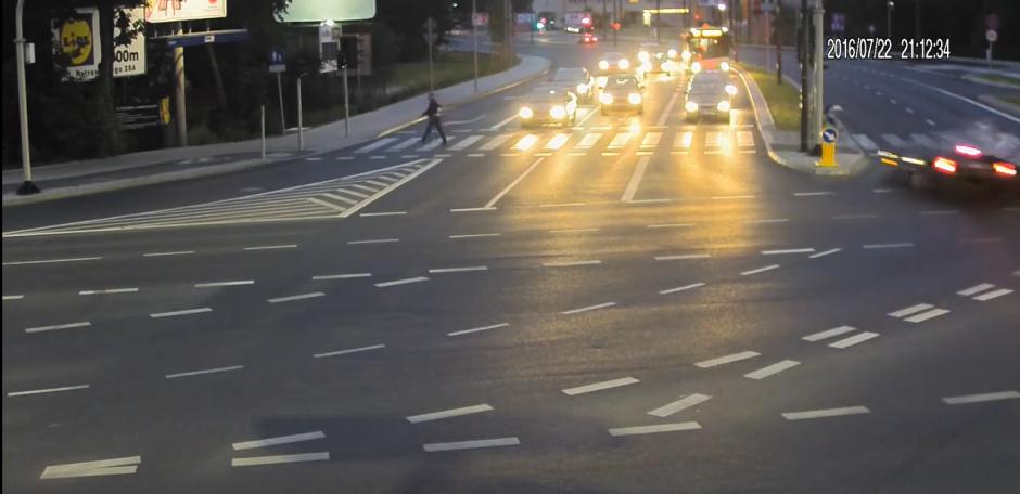 Cuando el joven llega al borde que divide las vías se detiene unos segundos para continuar su camino. (Captura de pantalla: KWP Olsztyn/YouTube)