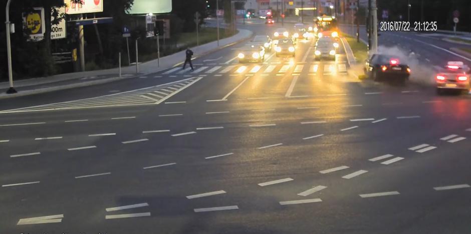 De pronto un vehículo se impacta con otro y lo saca del carril. (Captura de pantalla: KWP Olsztyn/YouTube)