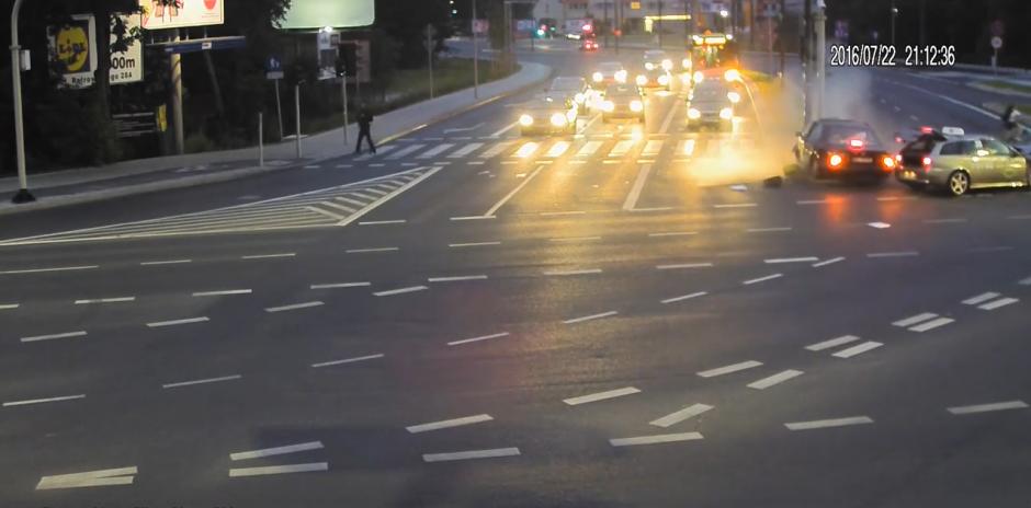 Cuando el automóvil se desvía de su camino por el impacto, esto impide que el ciclista sea atropellado. (Captura de pantalla: KWP Olsztyn/YouTube)