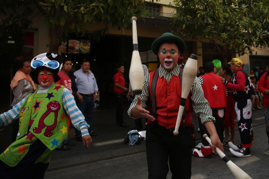 Centenares de payasos se reúnen en Ciudad de Guatemala hoy, 13 de abril de 2016, entre sombreros, gafas o narices, con un mismo objetivo: conmemorar el Día del Payaso. (Foto: EFE)