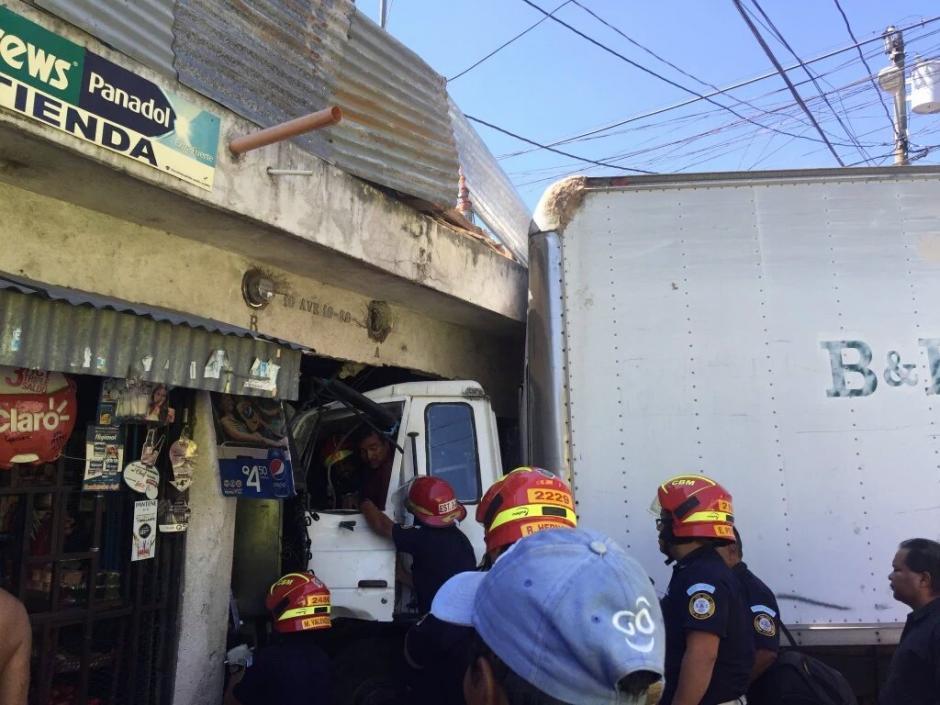 El piloto de un camión se empotró en una vivienda en la 8va. calle y 4ta. Avenida de la zona 21. (Foto: @leduardo86)