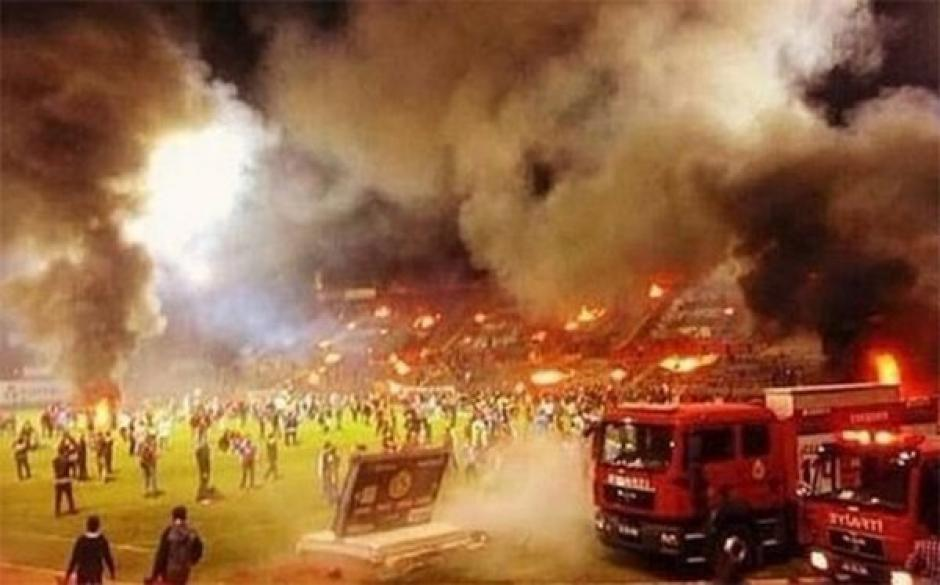 Vandalismo en el fútbol de Turquía por el descenso de un equipo. (Foto: Twitter)