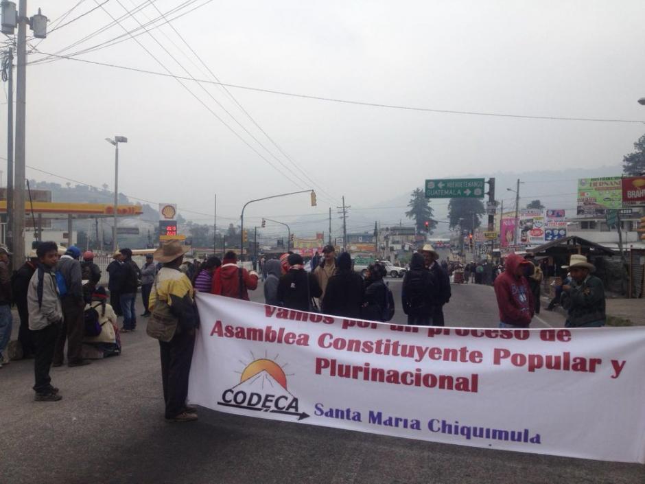 En Totonicapán también permanece bloqueado el paso vehicular. (Foto: @SantosDalia)