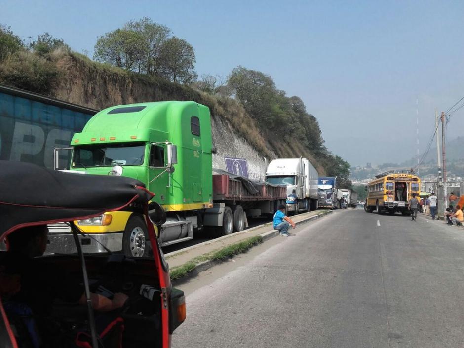 Manifestantes mantienen el bloqueo en el paso conocido como Cuatro Caminos en la ruta Interamericana. (Foto: @SantosDalia)