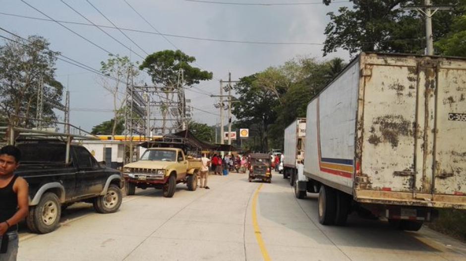 Bloqueos ocasionan largas filas de vehículos en el kilómetro 53 de la ruta al Atlántico. (Foto: @SantosDalia)