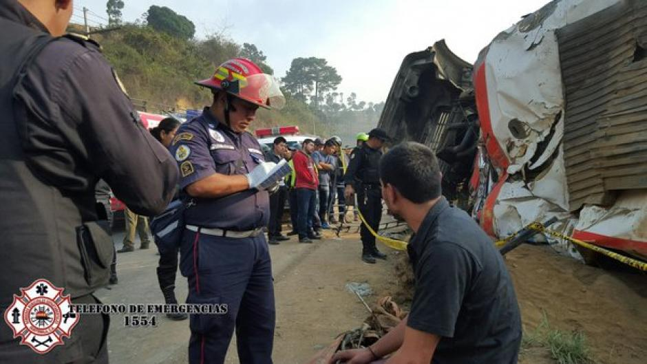El autobús de los transportes Aracely volcó en el kilómetro 45 de la ruta Interamericana. (Foto: @CBMDEPTAL)