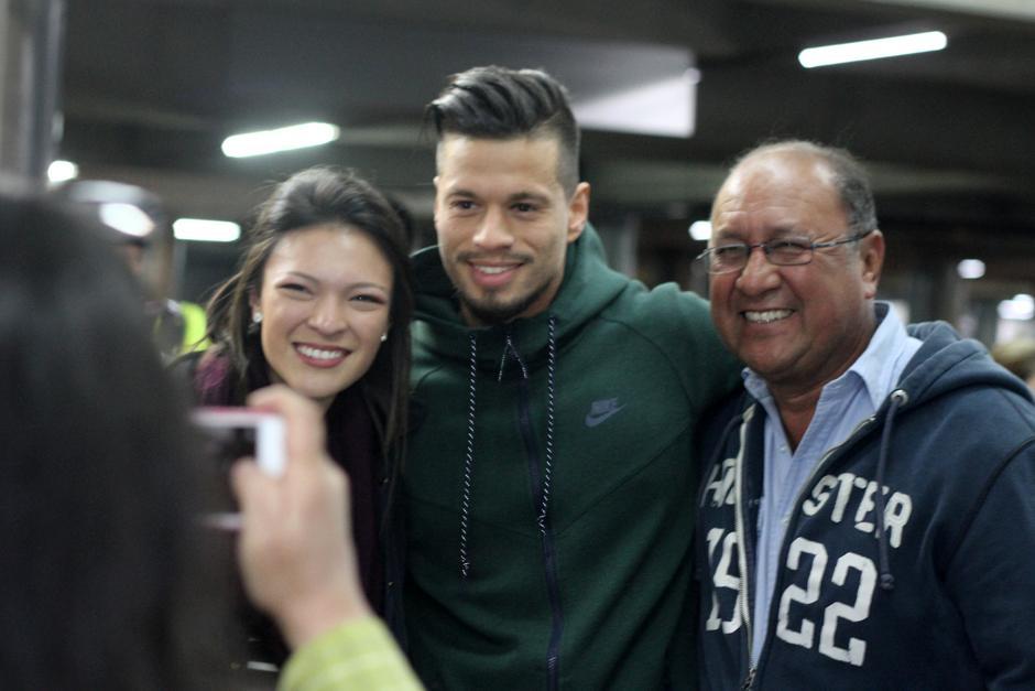 Los aficionados se hicieron fotos con el jugador. (Foto: Luis Barrios/Soy502)
