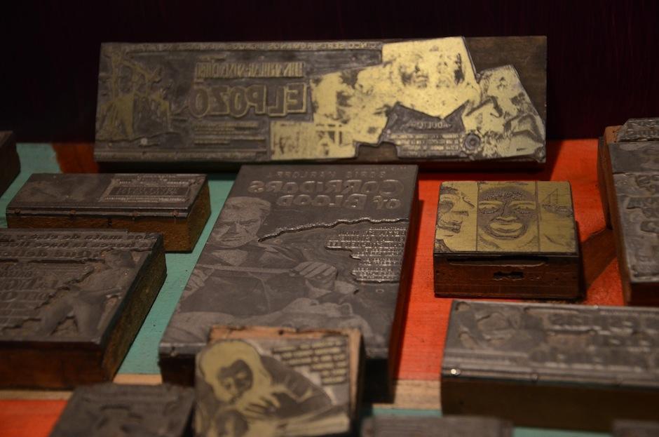 Los sellos para imprimir los carteles que anunciaban las películas de la época, evocan a la nostalgia. (Foto: Selene Mejía/Soy502)