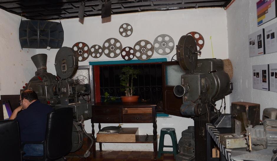 El área de internet está adornada con dos proyectores del antiguo cine Lux, en Escuintla, que fue demolido. (Foto: Selene Mejía/Soy502)