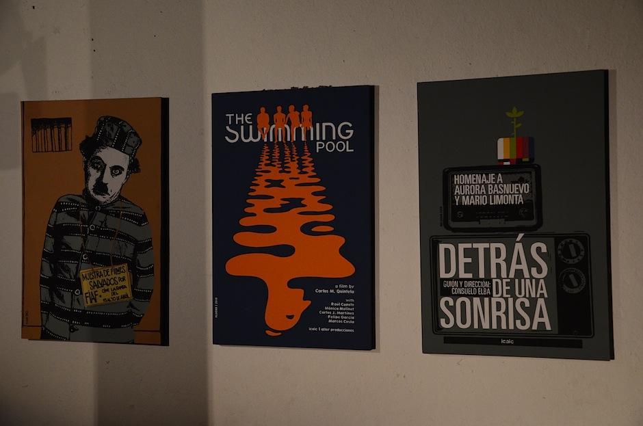 Los carteles de algunas muestras fílmicas le dan el toque extra al cuarto de proyección. (Foto: Selene Mejía/Soy502)