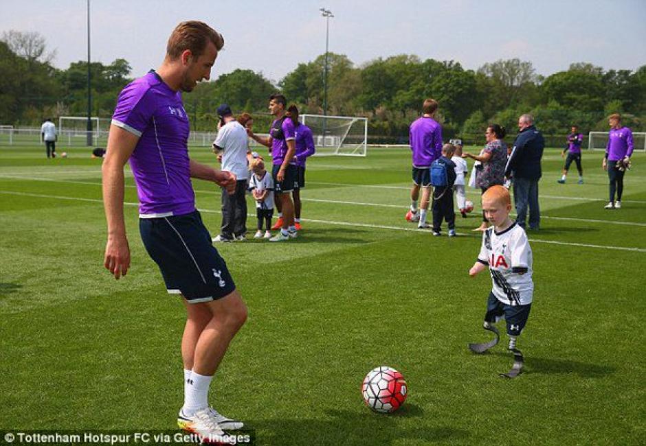 Los jugadores del Tottenham comparten con el pequeño Marshall. (Foto: Twitter)
