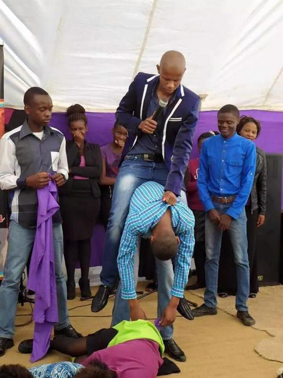 El pastor, Penuel Mnguni, se monta sobre sus seguidores durante sus ritos. (Foto: africanspotlight.com)