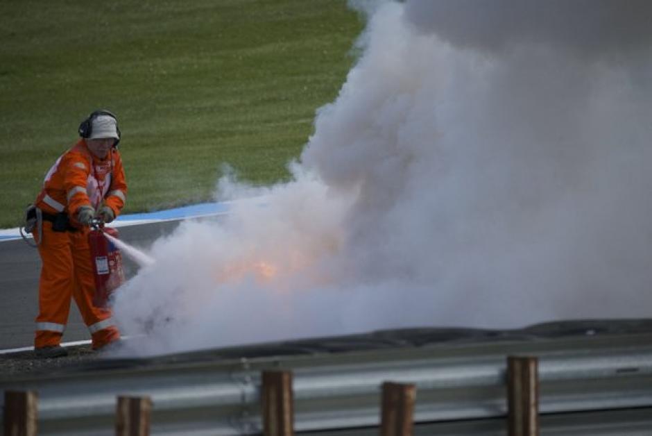 La respuesta de los comisarios no evitó que la moto terminara en cenizas. (Foto: Donington Park)