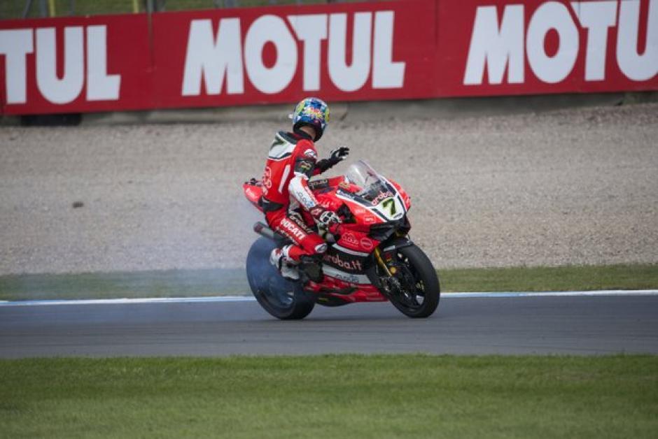 Lo que inició con una leve fuga de aceite terminó con la moto calcinada. (Foto: Donington Park)