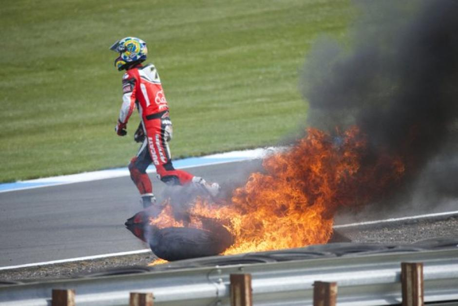 Chaz Davies se bajó de la moto en llamas y se alejó. (Foto: Donington Park)