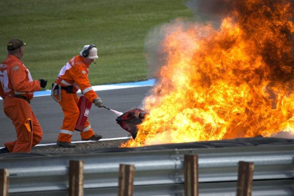 Las llamas consumieron la motocicleta de Chaz Davies. (Foto: Donington Park)