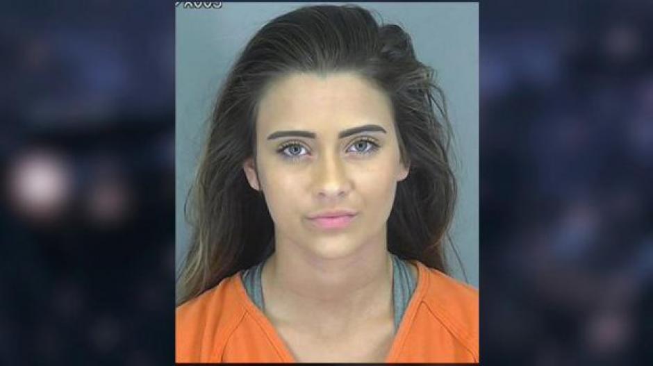 """Por esta foto Madison Cox fue bautizada en redes como: """"la criminal más sexy"""". (Foto: Twitter)"""