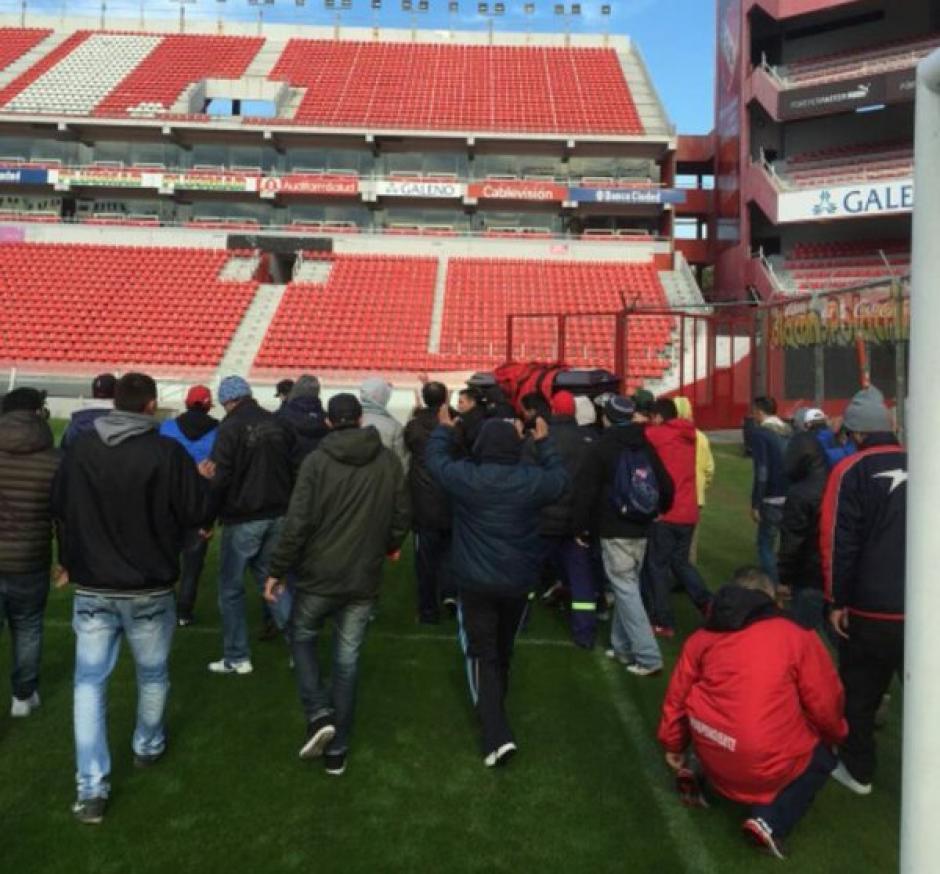 El estadio Libertadores de América fue prácticamente tomado por los aficionados del equipo rojo de Argentina. (Foto: Twitter)