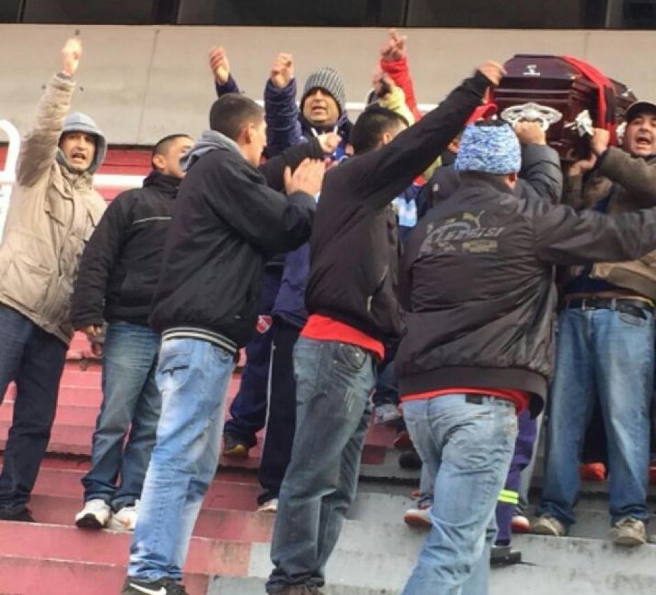 Sus compañeros de la barra de Independiente llevaron en hombros el ataúd sobre la gramilla y graderíos del estadio de Independiente. (Foto: Twitter)