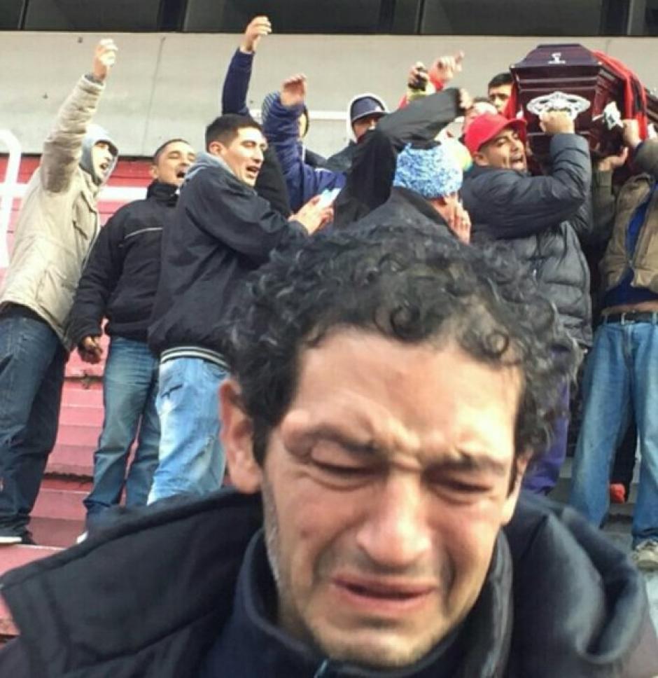 Un aficionado de Independiente, de Argentina, fue velado en el estadio Libertadores de América. (Foto: Twitter)
