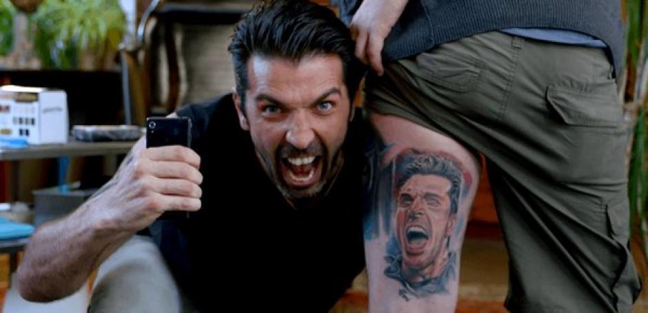 Buffon posa con el tatuaje de su rostro que se hizo un fanático. (Foto: Captura youtube)