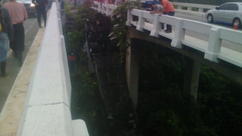 Socorristas trabajan en el lugar para rescatar al piloto del autobús. (Foto: @Provial)