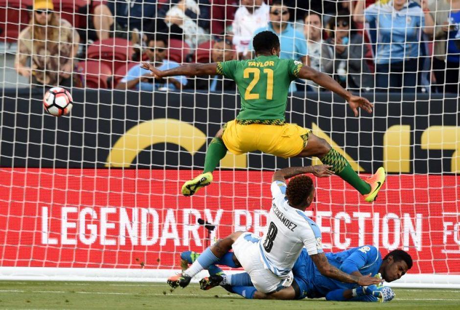El momento del gol para Uruguay que vence 3-0 a Jamaica. (Foto: EFE)