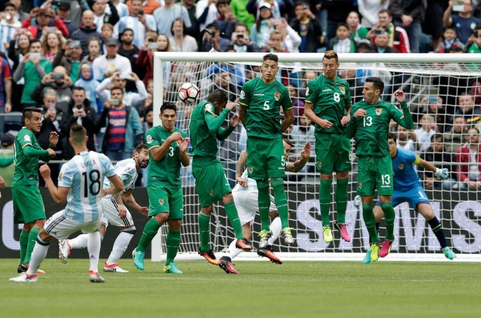 El segundo gol argentino llegó por la vía del tiro libre. (Foto: EFE)