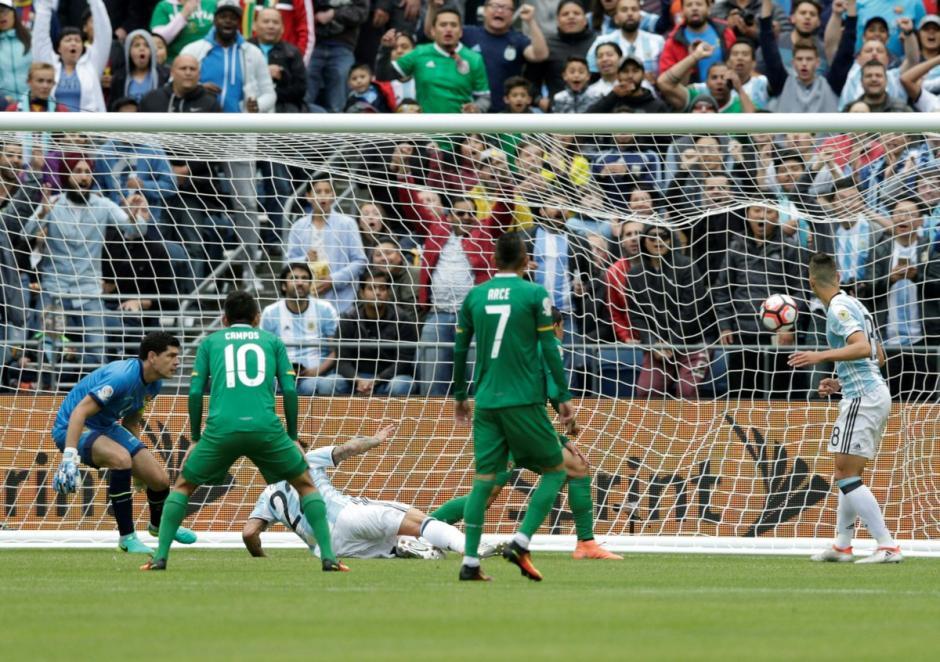 Así fue el primer gol de los argentinos sobre Bolivia. (Foto: EFE)