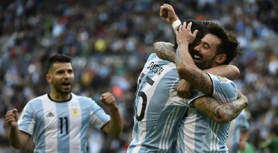 El festejo de los jugadores albicelestes que suman tres victorias en tres partidos. (Foto: EFE)