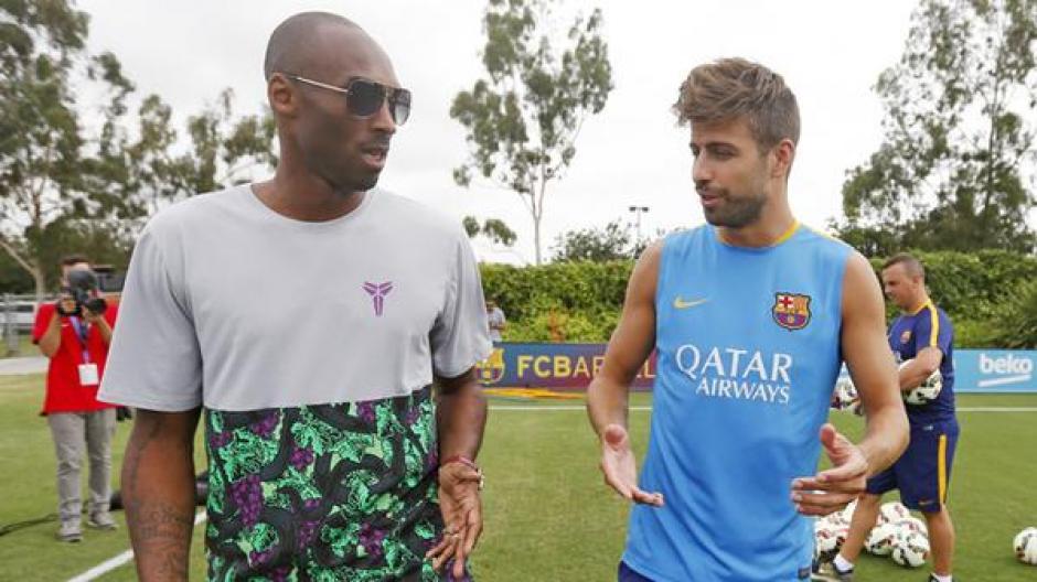 Bryant tuvo un momento para intercambiar impresiones con Gerard Piqué. (Foto: Twitter FC Barcelona)