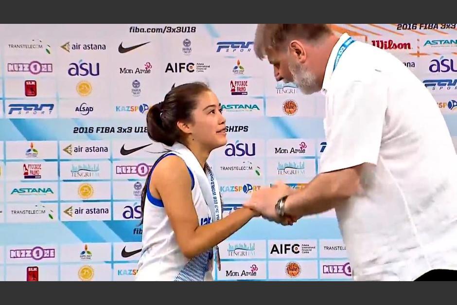 Pinelo en el momento de la premiación. (Foto: Captura youtube)