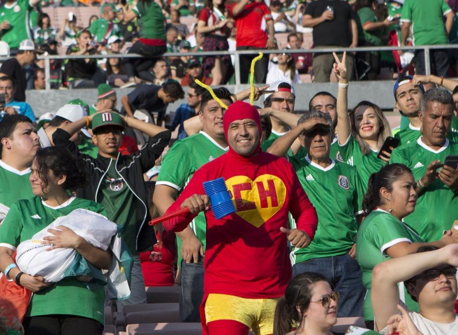 La afición azteca asistió en gran numero a alentar al Tri. (Foto: EFE)