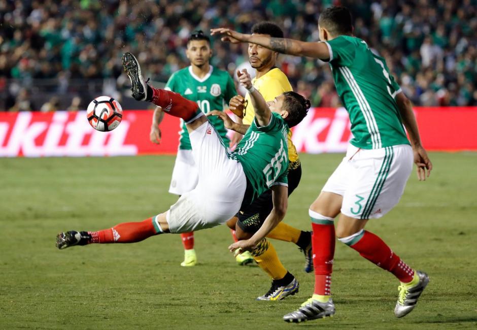 El partido se jugó fuerte y por momentos se pasó del límite. (Foto: EFE)