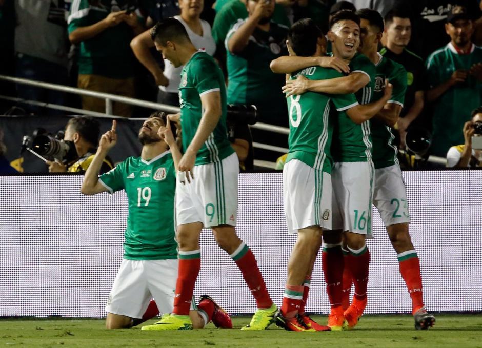 El festejo azteca no se hizo esperar tras el gol de Oribe Peralta. (Foto: EFE)