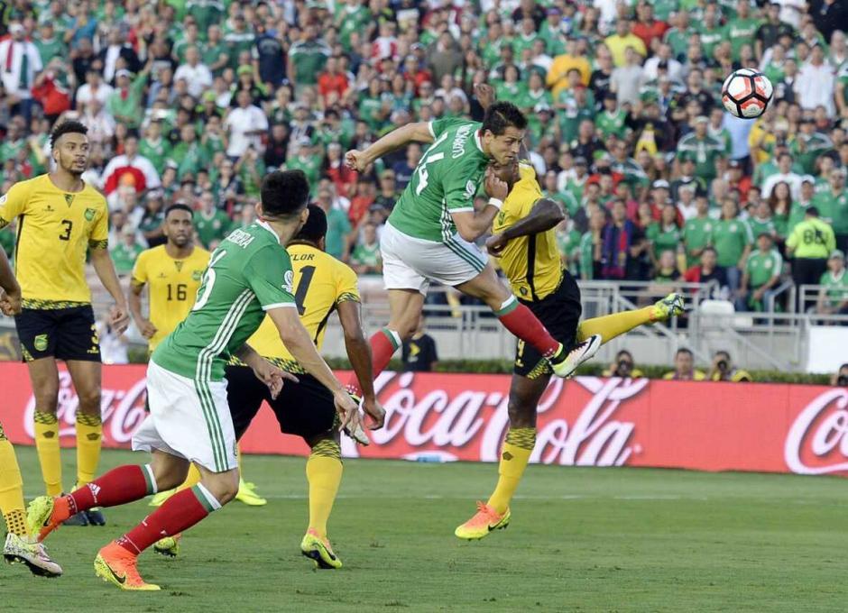 Chicharito anticipa a la zaga caribeña para el primer gol azteca. (Foto: EFE)