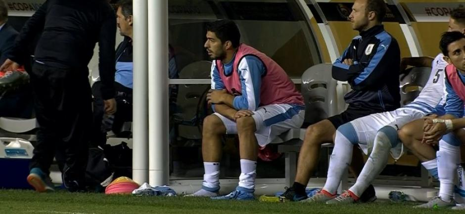 Luis Suárez sufrió en la banca la segunda derrota de Uruguay. (Foto: EFE)