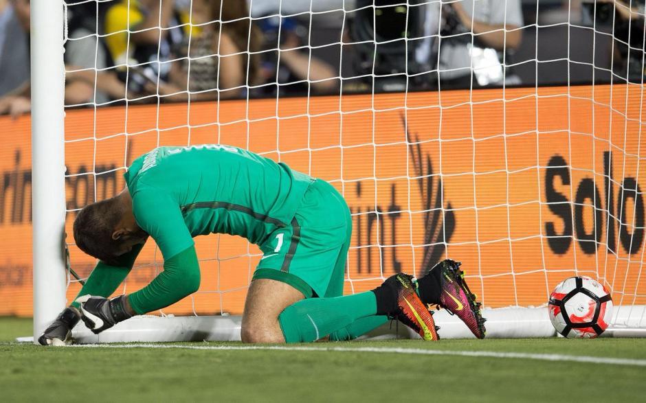 Alisson no pudo detener el remate de Bolaños, terminó adentro pero fue anulada la jugada. (Foto: Twitter)