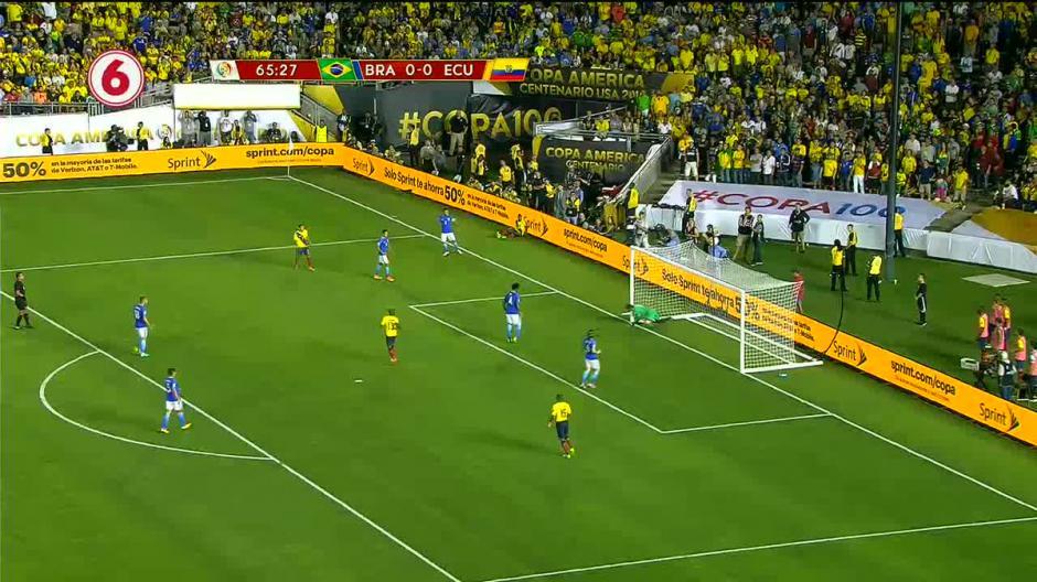 Los ecuatorianos festejaban el gol del triunfo, pero el árbitro lo anuló, para él salió el balón en la jugada previa. (Foto: Twitter)