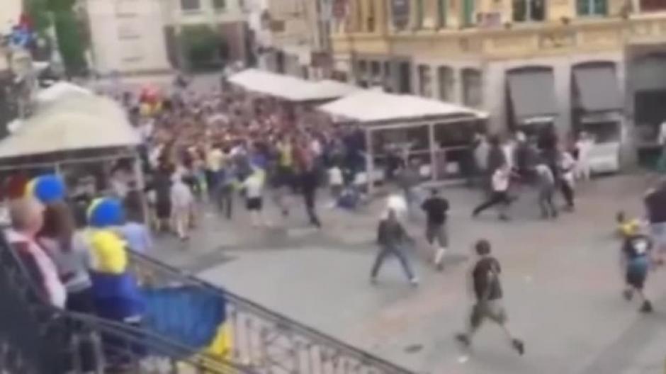 La plaza se convirtió en una batalla campal. (Foto: Twitter)